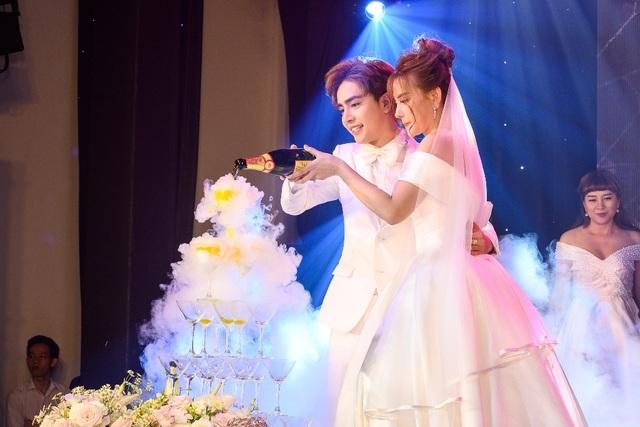 Ca sĩ Thu Thủy và chồng kém 10 tuổi hạnh phúc trong tiệc cưới - 24