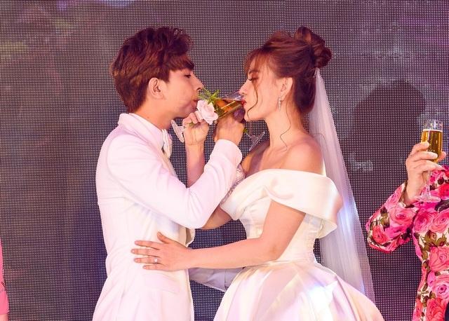 Ca sĩ Thu Thủy và chồng kém 10 tuổi hạnh phúc trong tiệc cưới - 25