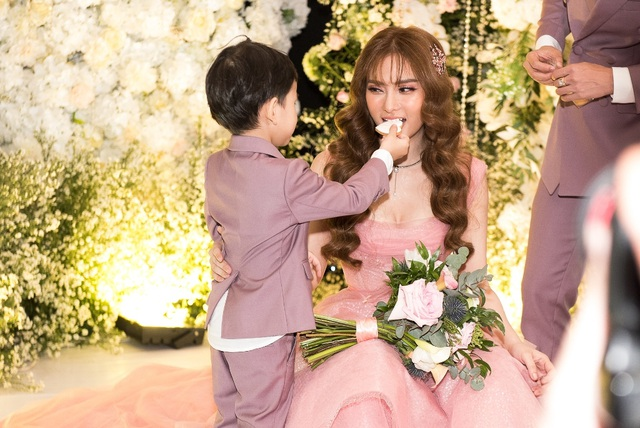 Ca sĩ Thu Thủy và chồng kém 10 tuổi hạnh phúc trong tiệc cưới - 4