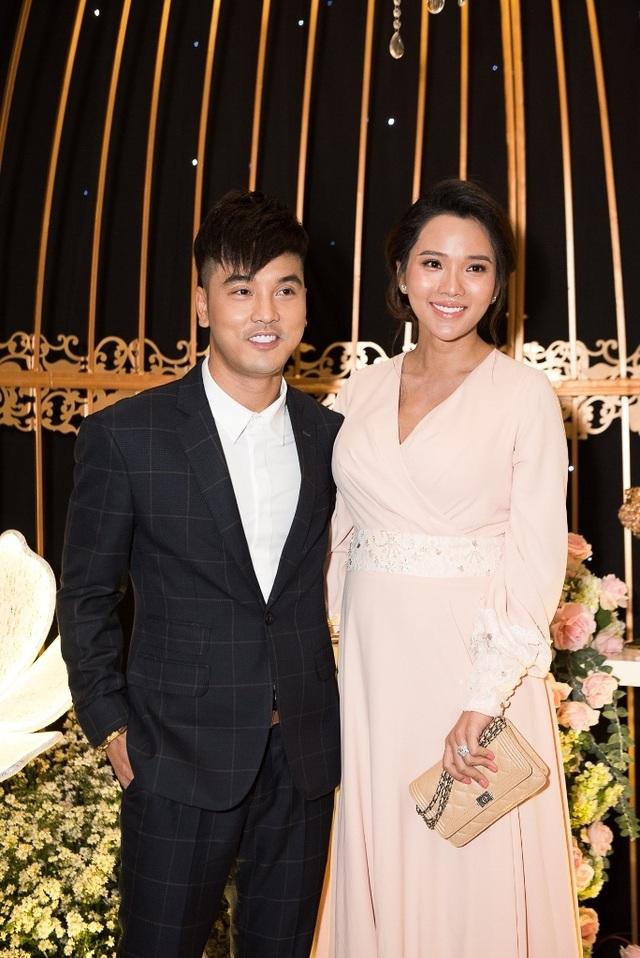 Ca sĩ Thu Thủy và chồng kém 10 tuổi hạnh phúc trong tiệc cưới - 11