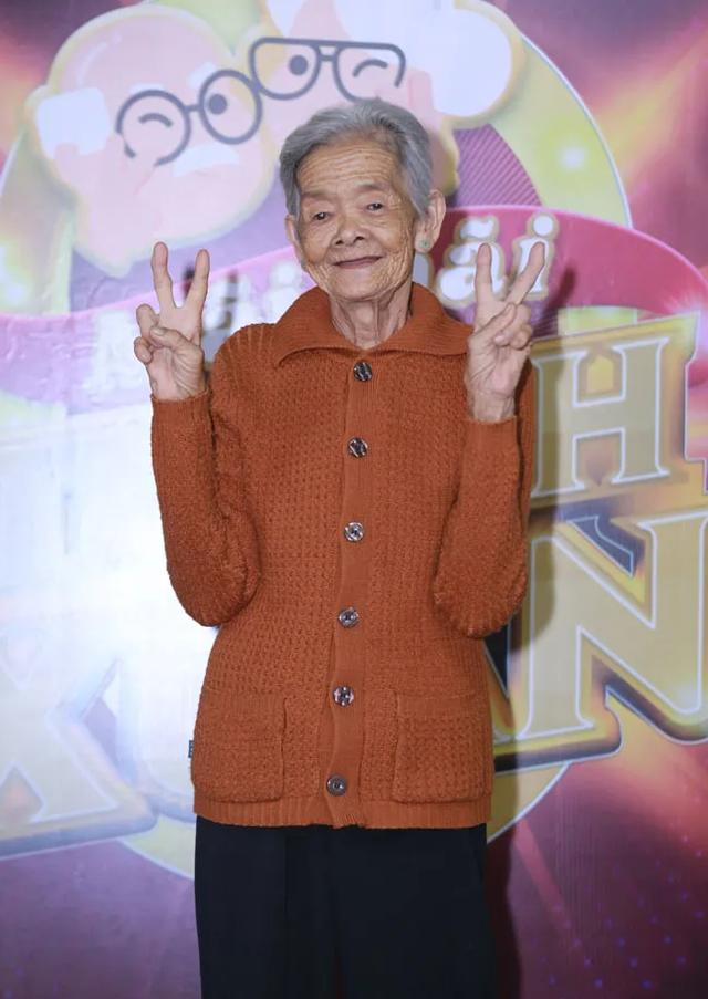 Kim Tử Long, Ngô Kiến Huy choáng khi chứng kiến cụ bà 77 tuổi leo dừa - 1