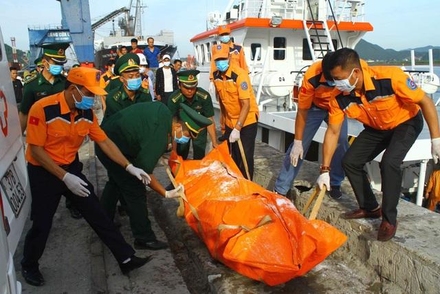 Đưa 2 thi thể phát hiện gần tàu cá bị chìm vào bờ để nhận dạng - 2