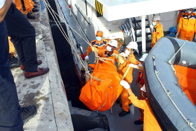 Đưa 2 thi thể phát hiện gần tàu cá bị chìm vào bờ để nhận dạng - 3