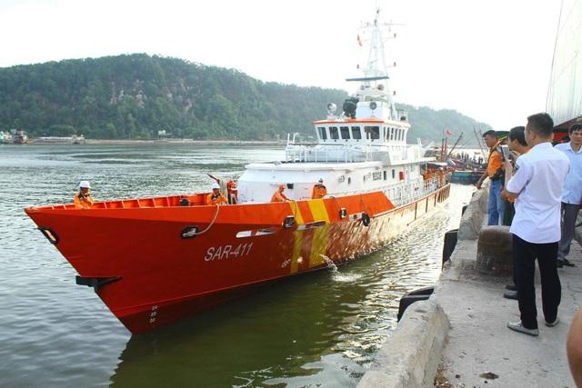 Đưa 2 thi thể phát hiện gần tàu cá bị chìm vào bờ để nhận dạng - 1