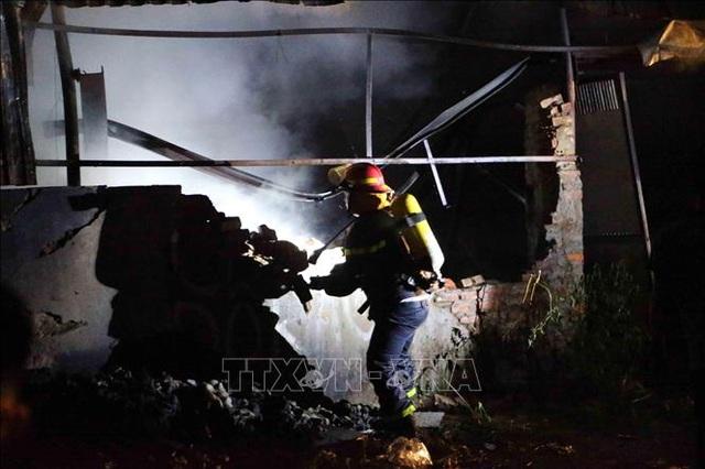 Hà Nội: Cháy lớn tại xưởng nhựa, khói đen bốc cao hàng chục mét - 2