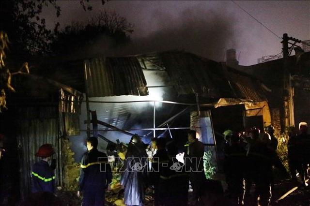 Hà Nội: Cháy lớn tại xưởng nhựa, khói đen bốc cao hàng chục mét - 1