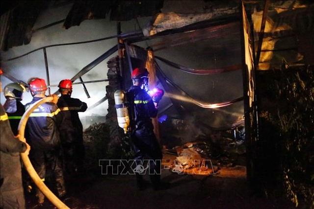 Hà Nội: Cháy lớn tại xưởng nhựa, khói đen bốc cao hàng chục mét - 3