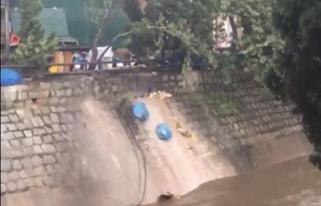 Vô tư đổ 20 túi rác xuống suối Cam Ly, người phụ nữ bị xử phạt - 2