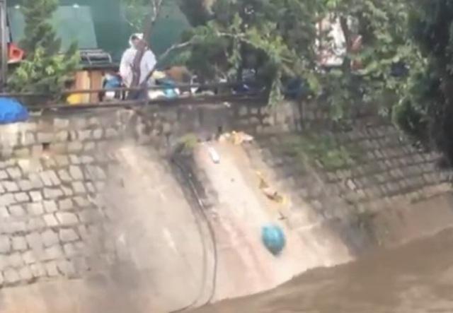 Vô tư đổ 20 túi rác xuống suối Cam Ly, người phụ nữ bị xử phạt - 1