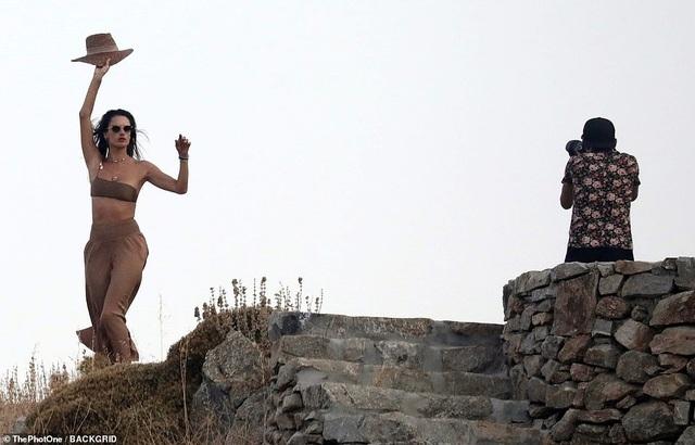 Alessandra Ambrosio khoe dáng thon trong kỳ nghỉ ở Hi Lạp - 1