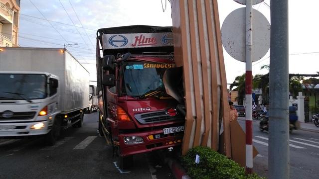 Xe tải tông sập cổng chào thành phố Mỹ Tho - 1