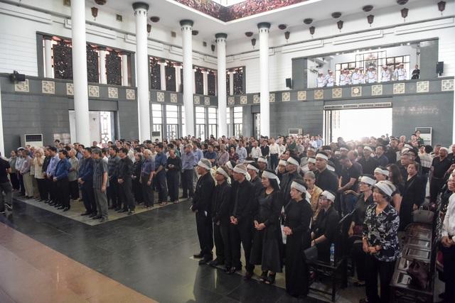 Hàng nghìn người tới tiễn đưa GS Hoàng Tụy về nơi an nghỉ cuối cùng - 9