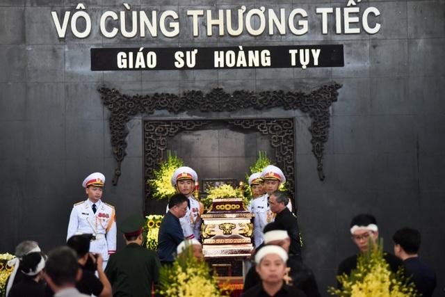 Hàng nghìn người tới tiễn đưa GS Hoàng Tụy về nơi an nghỉ cuối cùng - 11