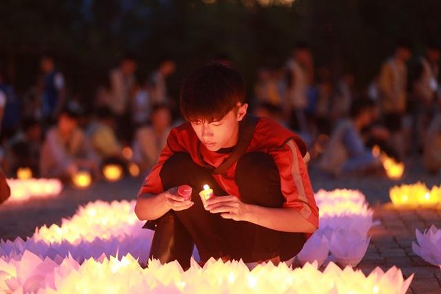 Hơn 2.000 người thắp hoa đăng tri ân các Anh hùng liệt sỹ ở ngôi chùa nhiều kỷ lục Việt Nam - 6