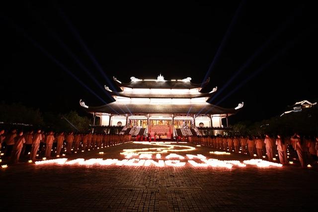 Hơn 2.000 người thắp hoa đăng tri ân các Anh hùng liệt sỹ ở ngôi chùa nhiều kỷ lục Việt Nam - 1
