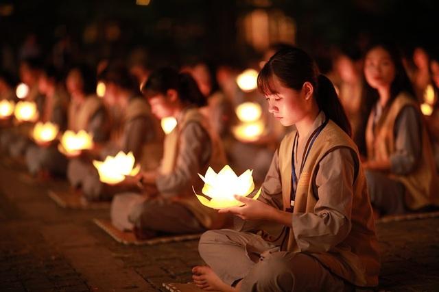 Hơn 2.000 người thắp hoa đăng tri ân các Anh hùng liệt sỹ ở ngôi chùa nhiều kỷ lục Việt Nam - 5