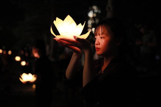 Hơn 2.000 người thắp hoa đăng tri ân các Anh hùng liệt sỹ ở ngôi chùa nhiều kỷ lục Việt Nam - 8
