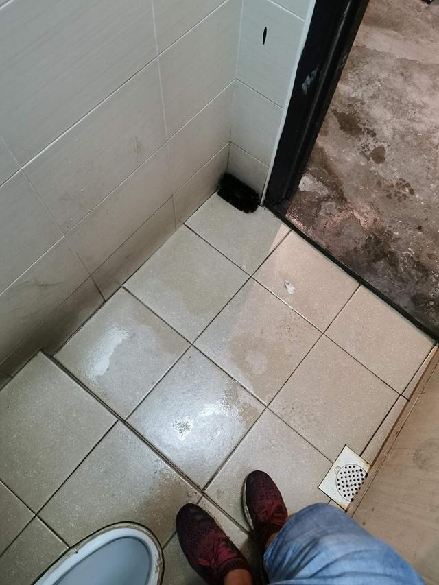 Sốc khi phát hiện camera quay lén giấu kín trong bàn chải cọ toilet - 2