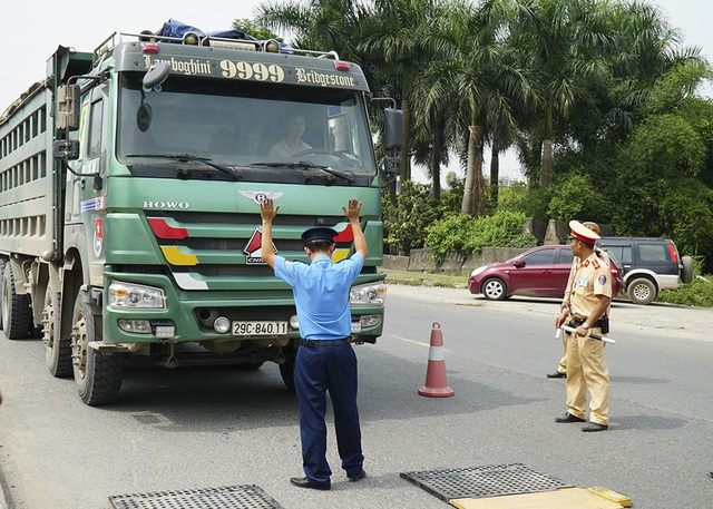 Hàng loạt xe quá khổ, quá tải bị xử lý trên đường mòn Hồ Chí Minh - 2