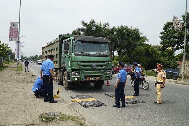 Hàng loạt xe quá khổ, quá tải bị xử lý trên đường mòn Hồ Chí Minh - 3