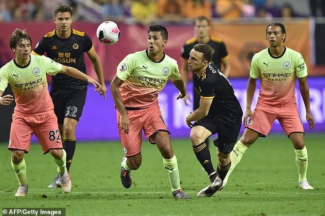 Man City dâng cúp Premier League Asia Trophy cho Wolves - 1