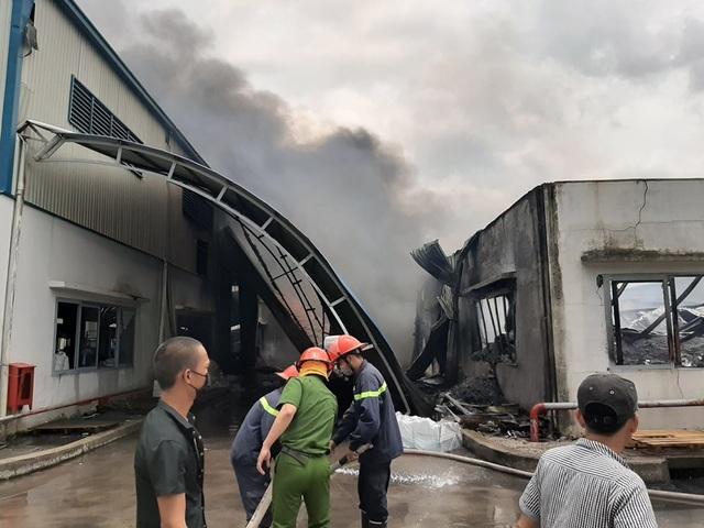 Xưởng mút xốp gần cây xăng bốc cháy dữ dội, hỗn loạn khu dân cư - 1