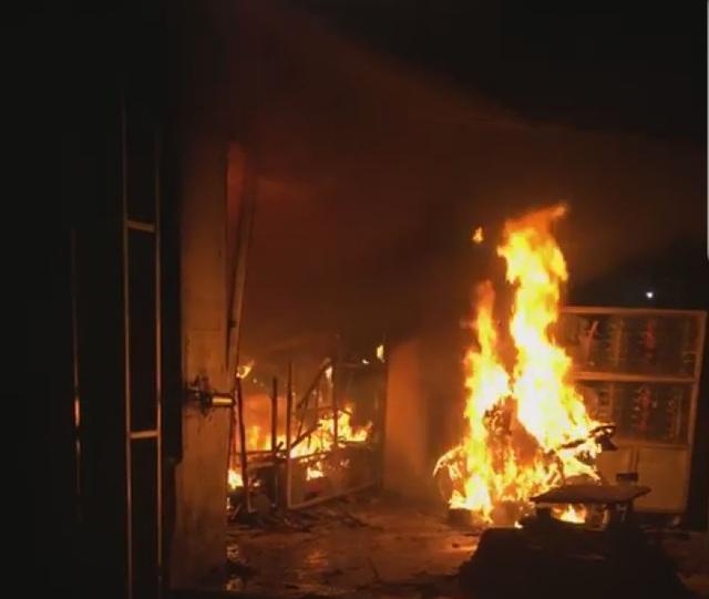 """Vụ người phụ nữ bị ném """"bom xăng"""": Kẻ lạ mặt từng 2 lần đến đánh, đốt! - 9"""
