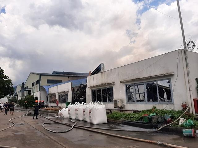 Xưởng mút xốp gần cây xăng bốc cháy dữ dội, hỗn loạn khu dân cư - 2