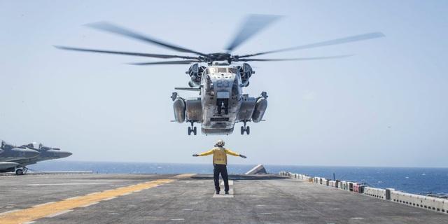 Cuộc đụng độ nguy hiểm giữa tàu chiến Mỹ và trực thăng Iran trước khi UAV bị bắn rơi - 1