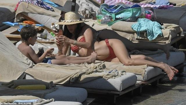 Alessandra Ambrosio vui đùa cùng con trên biển - 11