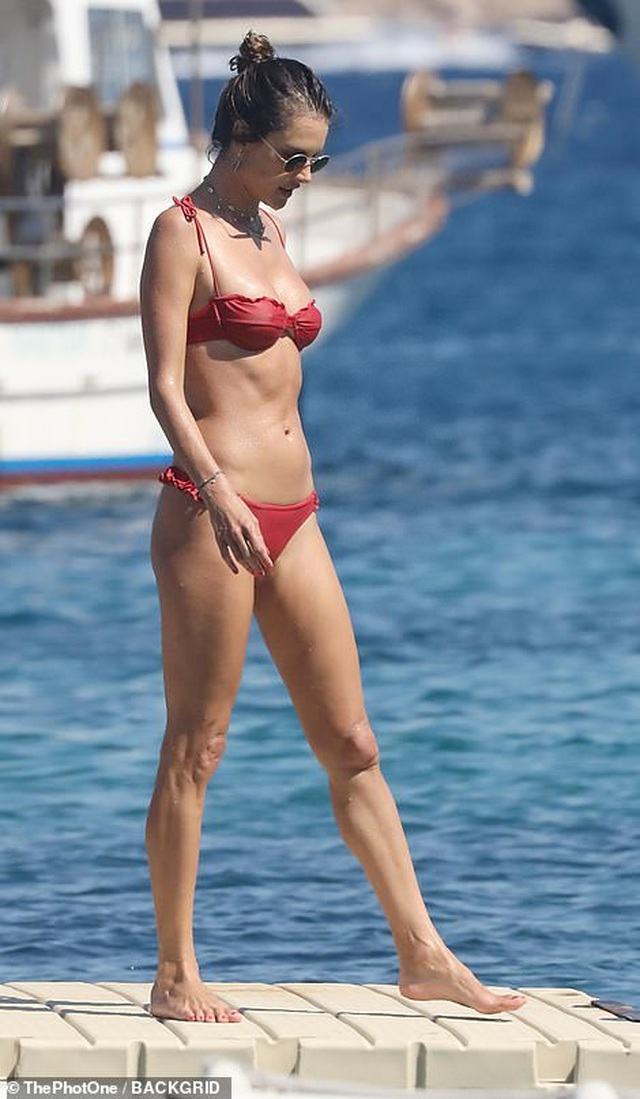 Alessandra Ambrosio vui đùa cùng con trên biển - 7