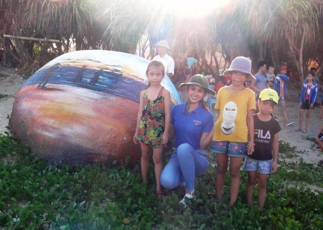 Hoa hậu Trần Tiểu Vy cùng đoàn viên thanh niên dọn rác trên bãi biển - 5