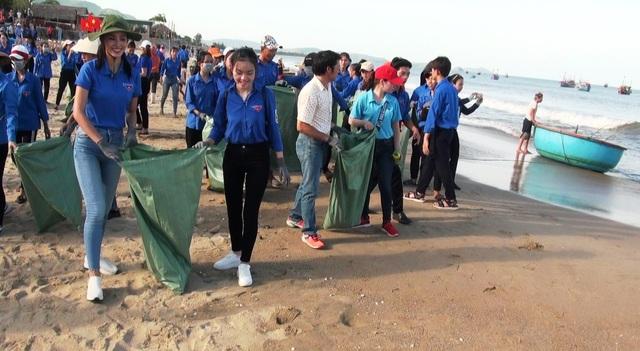 Hoa hậu Trần Tiểu Vy cùng đoàn viên thanh niên dọn rác trên bãi biển - 2