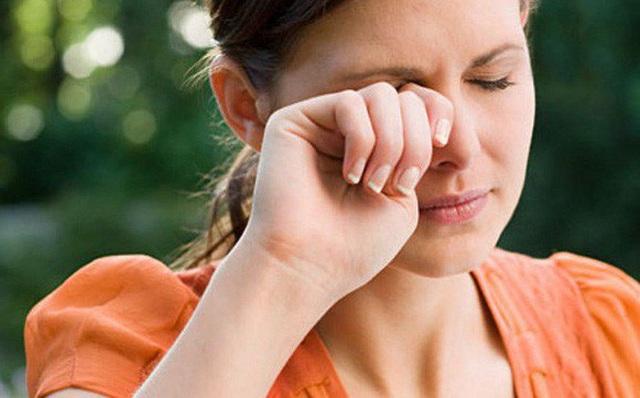 Xử trí sai cách khi côn trùng bay vào mắt có thể gây mù - 1