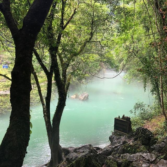 """""""Phát sốt"""" với con suối có màu xanh ngọc bích, đẹp như tiên cảnh ở Cao Bằng - 1"""