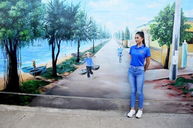 Hoa hậu Trần Tiểu Vy cùng đoàn viên thanh niên dọn rác trên bãi biển - 3