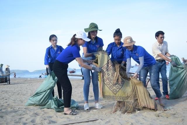 Hoa hậu Trần Tiểu Vy cùng đoàn viên thanh niên dọn rác trên bãi biển - 1