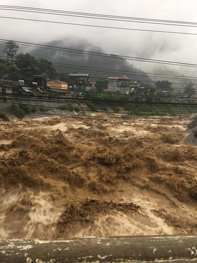 Yên Bái: Mưa lũ lớn đổ về, nhấn chìm cả ô tô, máy xúc - 1