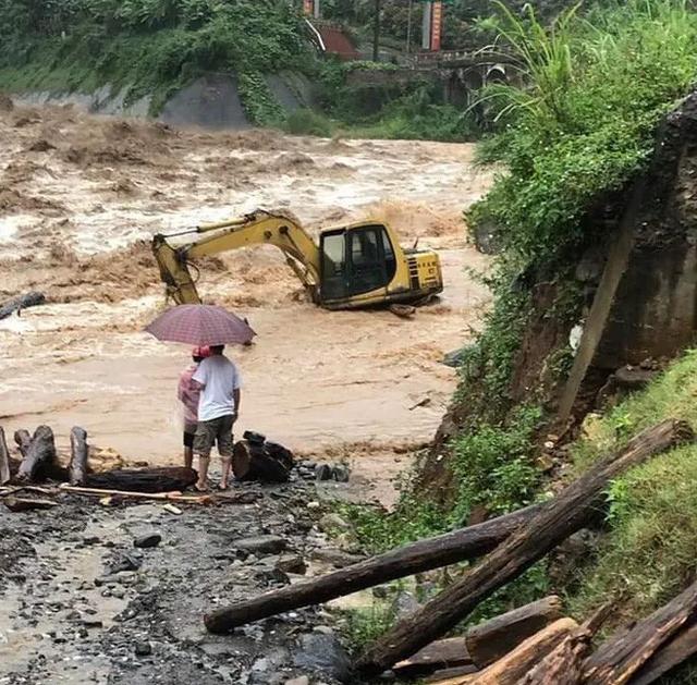 Yên Bái: Mưa lũ lớn đổ về, nhấn chìm cả ô tô, máy xúc - 2