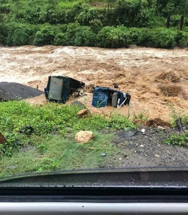 Yên Bái: Mưa lũ lớn đổ về, nhấn chìm cả ô tô, máy xúc - 3