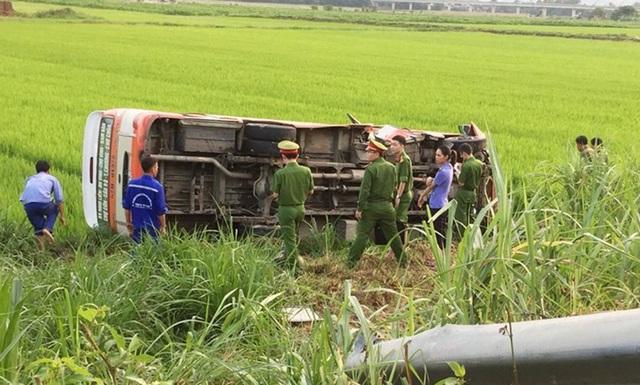 Xe buýt lao xuống ruộng, 4 người thương vong - 1