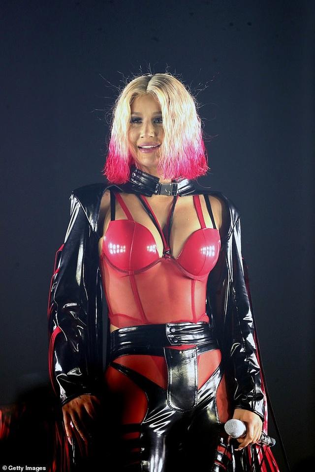 Iggy Azalea mặc đồ gợi cảm trình diễn bốc lửa - 8