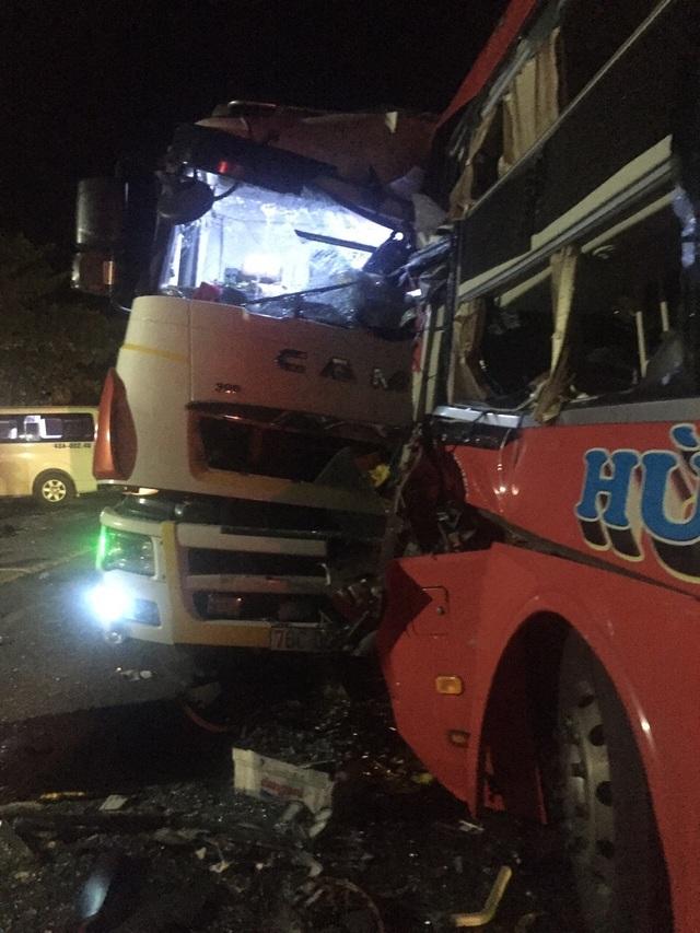 Xe khách đấu đầu xe tải, một người tử vong, 20 người bị thương - 1