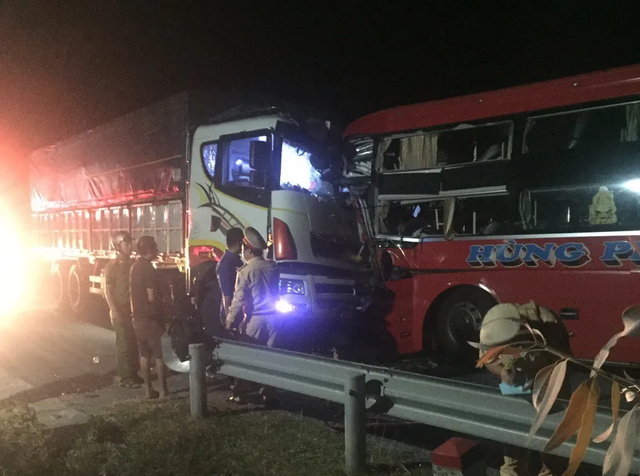 Xe khách đấu đầu xe tải, một người tử vong, 20 người bị thương - 3