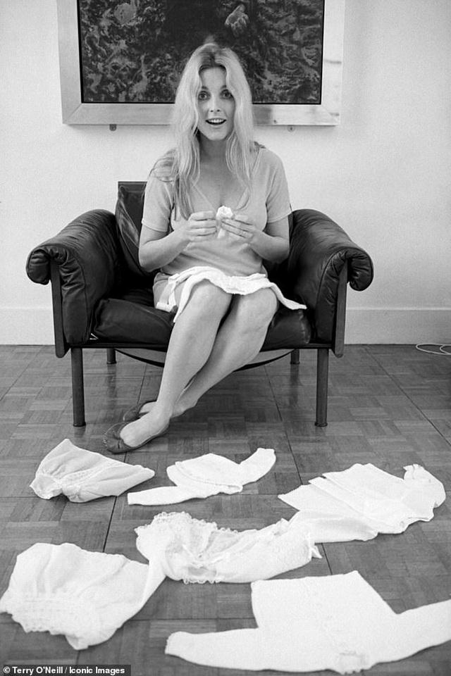 Nữ diễn viên xấu số Sharon Tate trong những khuôn hình cuối cùng trước bi kịch định mệnh