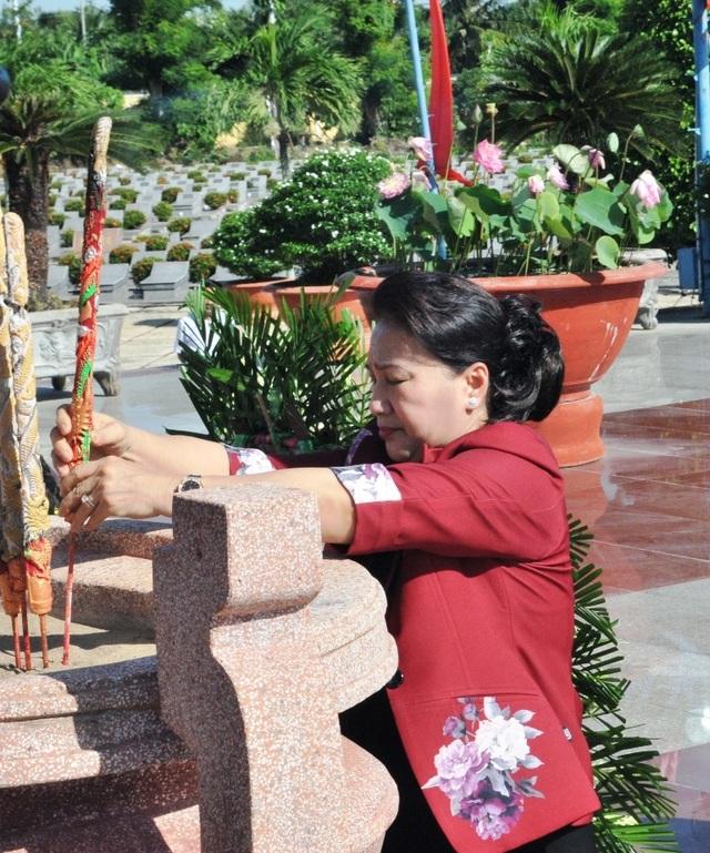Chủ tịch Quốc hội Nguyễn Thị Kim Ngân viếng Nghĩa trang liệt sĩ Vĩnh Long - 6