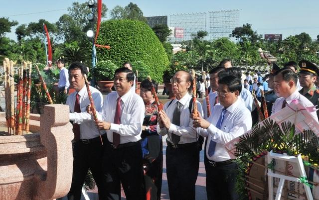 Chủ tịch Quốc hội Nguyễn Thị Kim Ngân viếng Nghĩa trang liệt sĩ Vĩnh Long - 9
