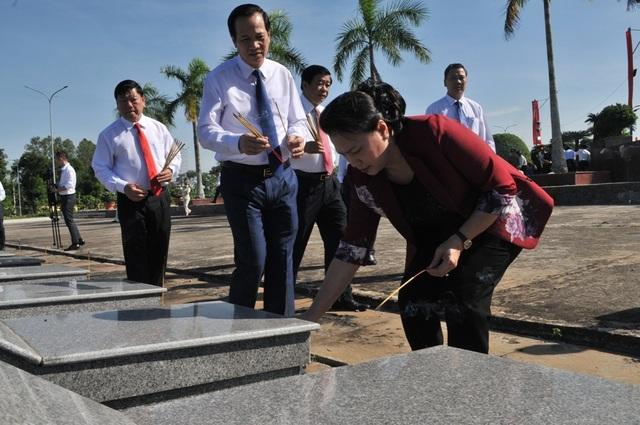 Chủ tịch Quốc hội Nguyễn Thị Kim Ngân viếng Nghĩa trang liệt sĩ Vĩnh Long - 10