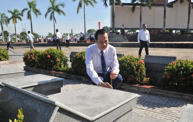 Chủ tịch Quốc hội Nguyễn Thị Kim Ngân viếng Nghĩa trang liệt sĩ Vĩnh Long - 12