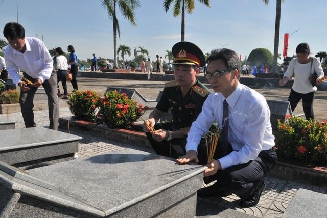 Chủ tịch Quốc hội Nguyễn Thị Kim Ngân viếng Nghĩa trang liệt sĩ Vĩnh Long - 11